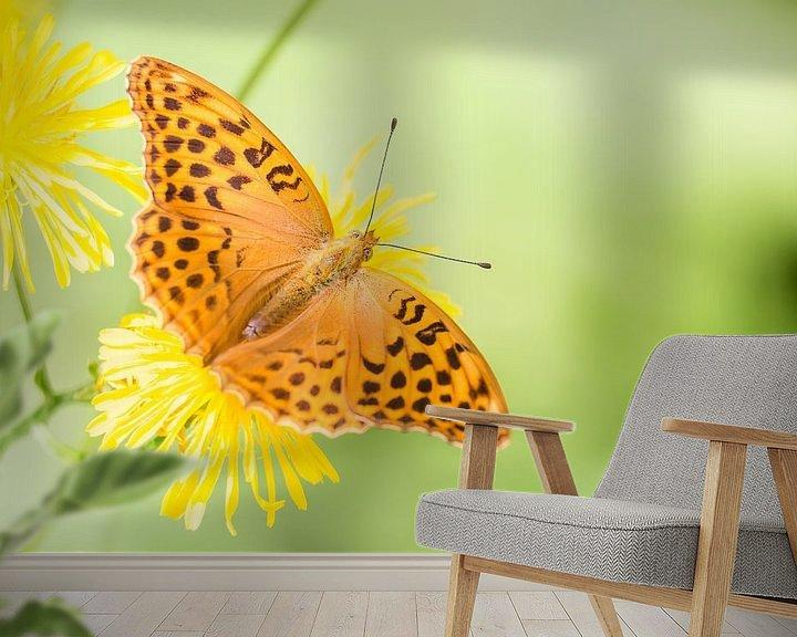 Sfeerimpressie behang: Keizersmantel vlinder op bloem van Mark Scheper