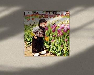 Niederländischer Junge mit Tulpen von Melanie Rijkers