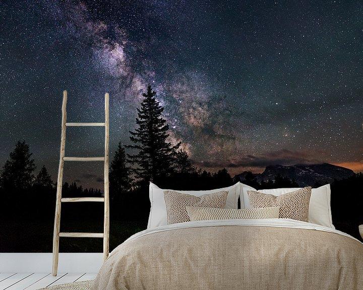 Sfeerimpressie behang: Samen onder de sterrenhemel van Juriaan Moonen