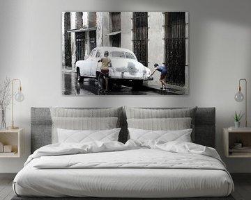 Oldtimer - Havana - in de regen van Annemarie Winkelhagen