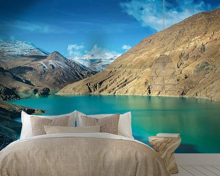 Sfeerimpressie behang: Uitzicht op de bergen bij het Yamdrokmeer, Tibet van Rietje Bulthuis