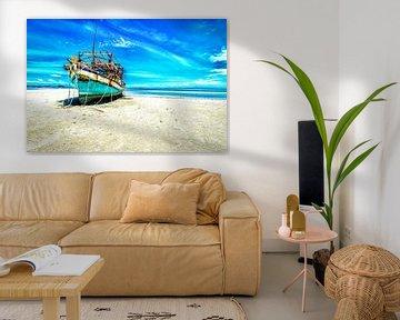 gestrand op verlaten strand Thailand van Mario Calma