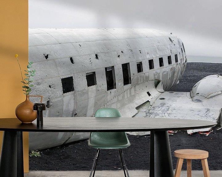 Sfeerimpressie behang: Vliegtuig wrak IJsland van Menno Schaefer