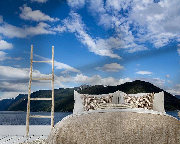 Sfeerimpressie behang: bergen landschap noorwegen van Ramon Bovenlander