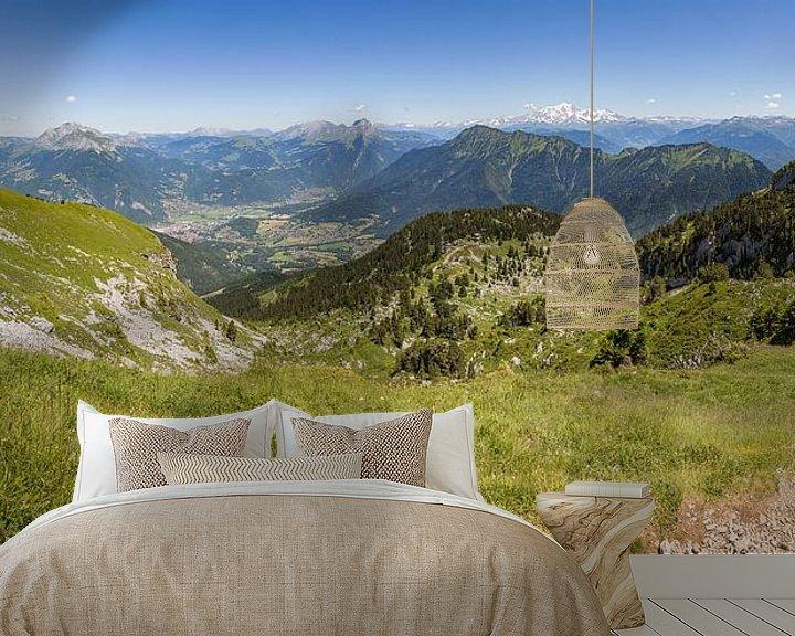 Sfeerimpressie behang: Panorama vanaf de Sambuy bij het meer van Annecy in de franse Alpen van Karel Pops