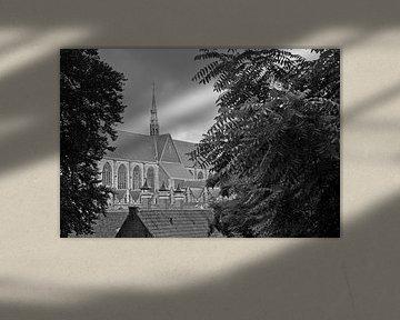 Die Hooglandse-Kirche in Leiden in Schwarz-Weiß von Simone Meijer