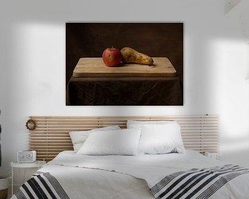 Stilleven van een appel en een peer. van Hennnie Keeris