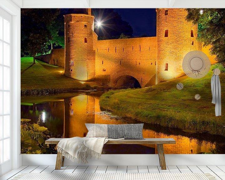 Sfeerimpressie behang: Nachtfoto Monnikendam / waterpoort Amersfoort van Anton de Zeeuw