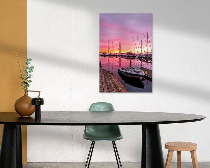 Sfeerimpressie: Motorboot in de Jachthaven van Juelsminde bij Zonsopkomst van Tony Buijse