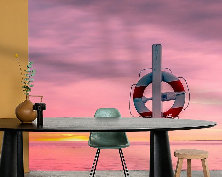 Sfeerimpressie behang: Reddingsboei aan paal op het strand van Tony Buijse