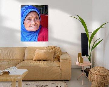Bejaarde vrouw in Indonesië (3) van Anita Tromp