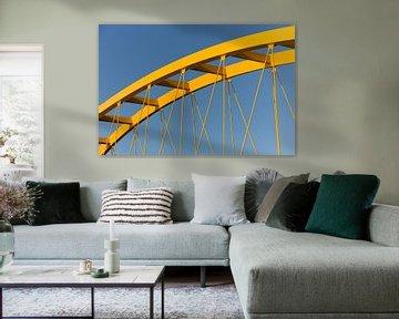 Gele stalen brug in Utrecht tegen een blauwe lucht