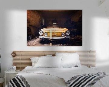Gelber Fiat in verlassener Garage. von Roman Robroek