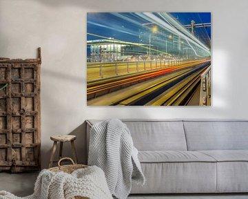 De GVB tram 26 rijd door het beeld op halte Muziekgebouw Bimhuis van Wijbe Visser