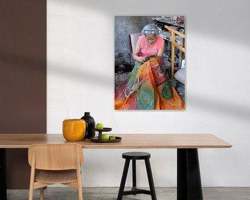 Javaanse vrouw maakt batik kleed von Anita Tromp