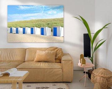Maisons de plage sur la plage devant des dunes de sable sur Sjoerd van der Wal