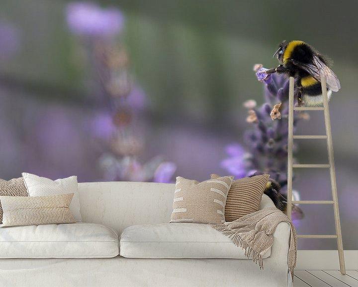 Sfeerimpressie behang: Hommels op Lavendel van Juliën van de Hoef