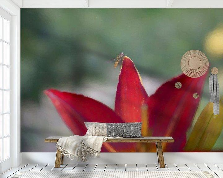 Sfeerimpressie behang: Vlieg op bloem van Juliën van de Hoef