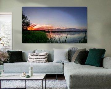 Zonsondergang met brandende zon van Roy Kosmeijer
