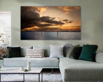 Sonnenuntergang mit dunklen Wolken sur Roy Kosmeijer