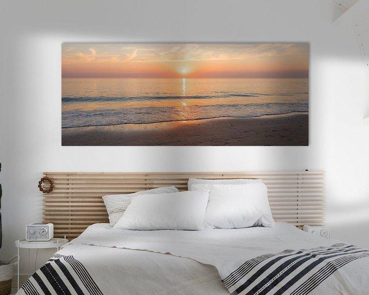Sfeerimpressie: Panorama van een bijna Windstil Strand van Alex Hiemstra