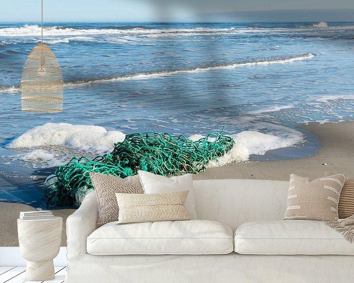 Sfeerimpressie behang: Groen vissersnet op het strand van Tonko Oosterink