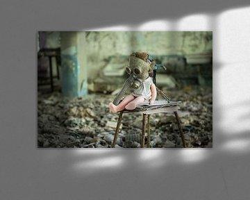 Pop met gasmasker Tsjernobyl van Erwin Zwaan