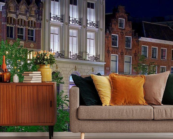 Sfeerimpressie behang: Nachtfoto Grachtenpand Oudegracht Utrecht van Anton de Zeeuw
