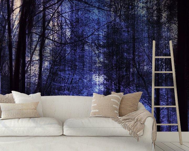 Sfeerimpressie behang: nacht bos,  van Christine Nöhmeier