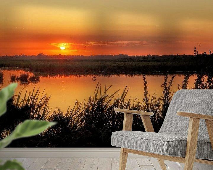 Sfeerimpressie behang: Zonsondergang Onlanden met reiger van R Smallenbroek