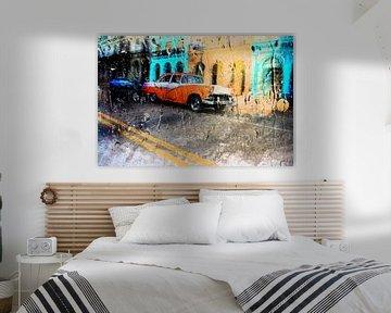 Classic car rijdt door de straten van Havana in Cuba. Wout Kok One2expose van Wout Kok