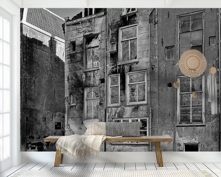 Sfeerimpressie behang: Vervallen grachtenpanden Dordrecht van Anton de Zeeuw