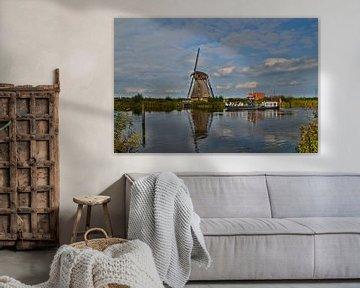 Rondvaartboot bij molen in Kinderdijk von Leo Huijzer