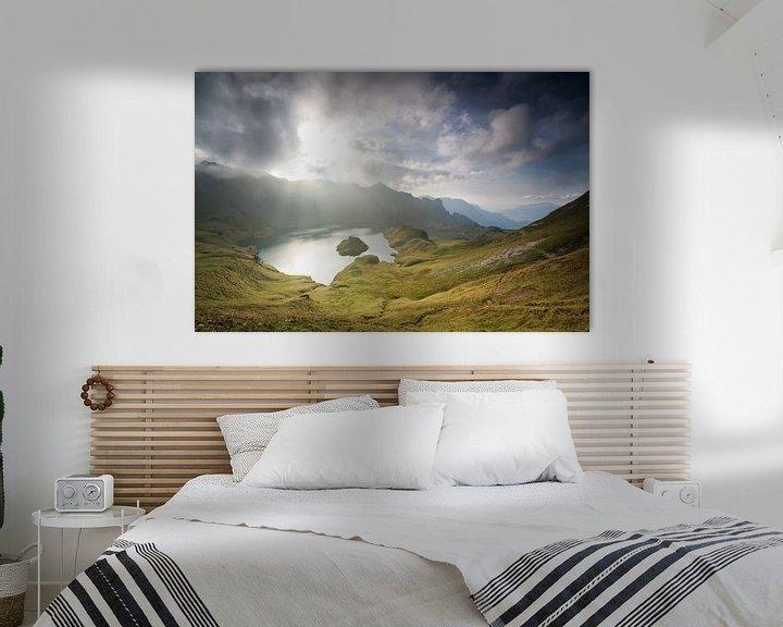 Sfeerimpressie: sunlight through clouds over alpine lake van Olha Rohulya