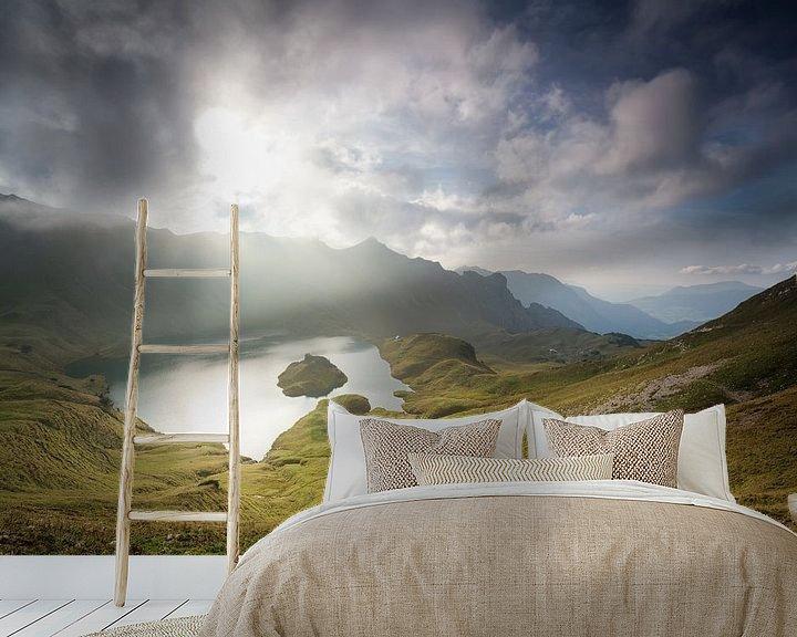 Sfeerimpressie behang: sunlight through clouds over alpine lake van Olha Rohulya
