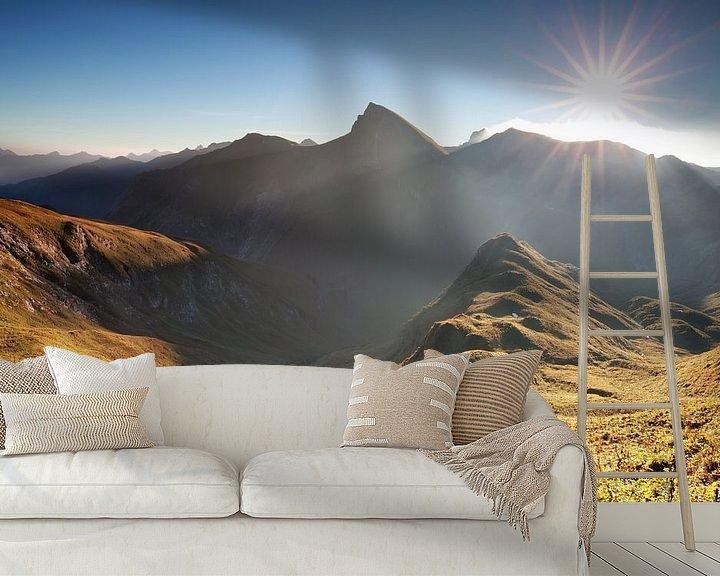 Sfeerimpressie behang: morning sunshine over mountain range van Olha Rohulya