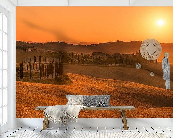 Sfeerimpressie behang: Gouden zonsondergang Toscane ... van Marc de IJk