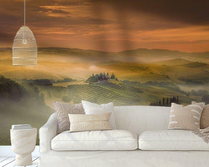 Sfeerimpressie behang: Mistige zonsopkomst in Toscane ... van Marc de IJk