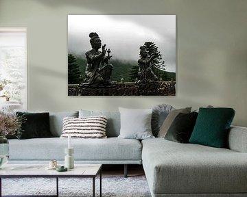Beelden bij Buddha beeld in Hong Kong van STEVEN VAN DER GEEST