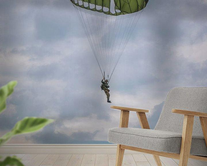 Sfeerimpressie behang: Parachutist in de lucht van Joost Lagerweij