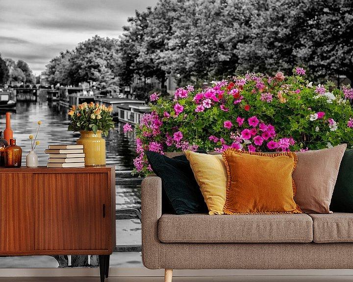 Sfeerimpressie behang: Bloemenpracht op een Amsterdamse gracht. van Don Fonzarelli