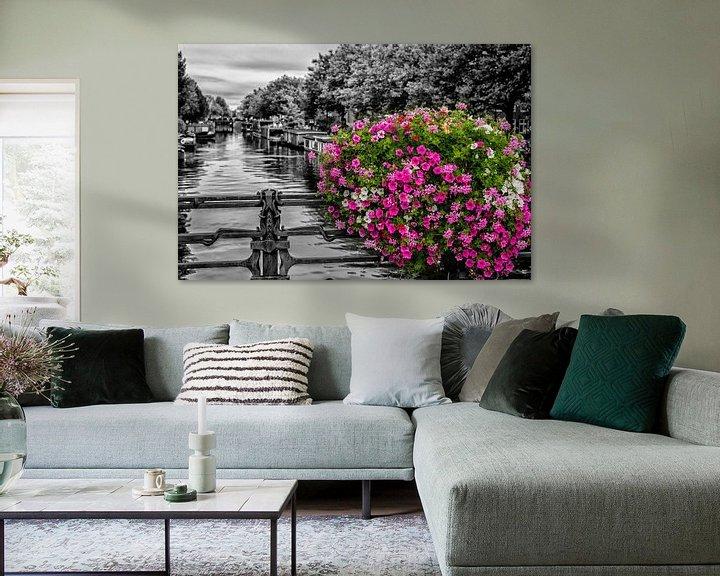 Sfeerimpressie: Bloemenpracht op een Amsterdamse gracht. van Don Fonzarelli