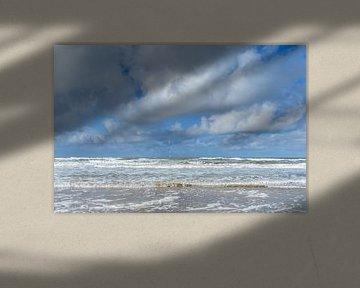 Witte wolken boven stormachtige zee van Fotografiecor .nl