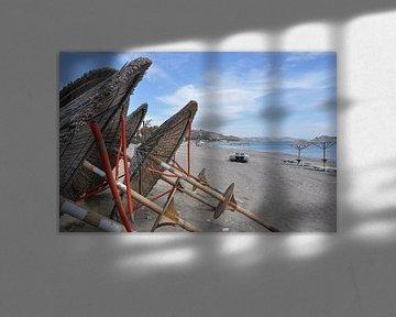 Strand parasols, Kefalos Beach,  Kos, Griekenland van Miranda Lodder