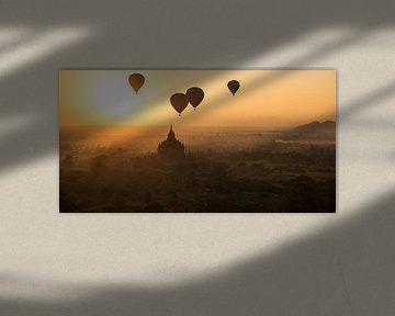 Zonsopkomst boven de tempelstad Bagan in Myanmar met luchtballonnen van Francisca Snel