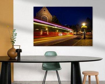 Avond met stadsverkeer. Janskerkhof, Lange Jansstraat, Utrecht. van George Ino