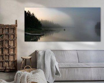 Mistige ochtend met eenzame visser van Marloes van Pareren