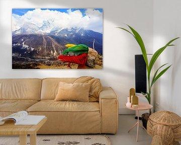 Gebedsvlaggen die in de wind wapperen, hoog op een Himalaya-piek. van Joris de Bont
