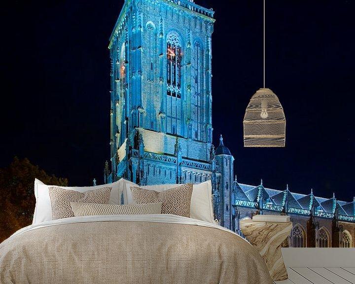 Sfeerimpressie behang: Lebuïnuskerk in de nacht te Deventer van Anton de Zeeuw