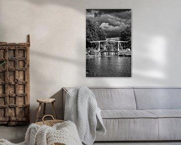 Donkere wolken boven de Leidse Rijn in Utrecht in zwart-wit (1) von De Utrechtse Grachten